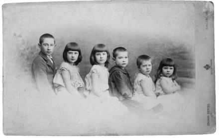 Georg Trakl (centro) junto a sus cinco hermanos.