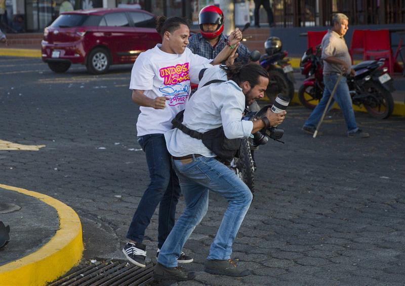 periodista agredido inss nicaragua_poesiainssensible_solangesaballos