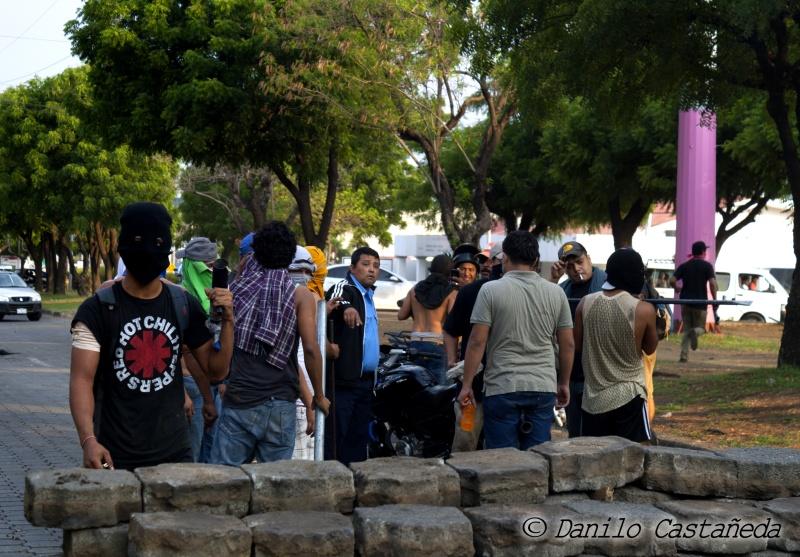 UNAN_barricada_graffiti_DaniloCastanedaFotografia_SolangeSaballos_ProtestasNicaragua2018_movimiento19deabril_estudiantesUNAN_despertoelgigante_porton6