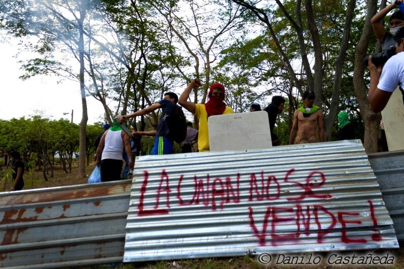 UNAN_barricada_graffiti_DaniloCastanedaFotografia_SolangeSaballos_ProtestasNicaragua2018_movimiento19deabril_estudiantesUNAN_despertoelgigante