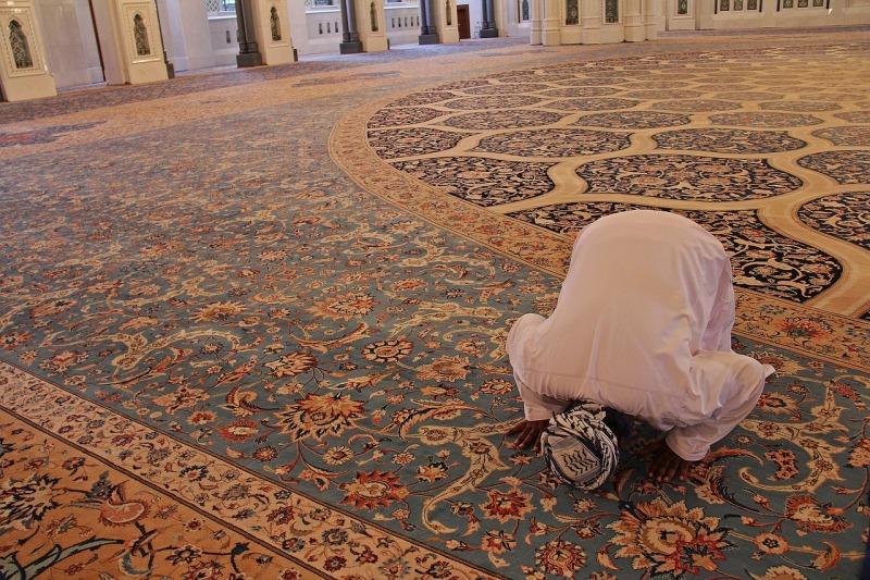hombre rezando en meca